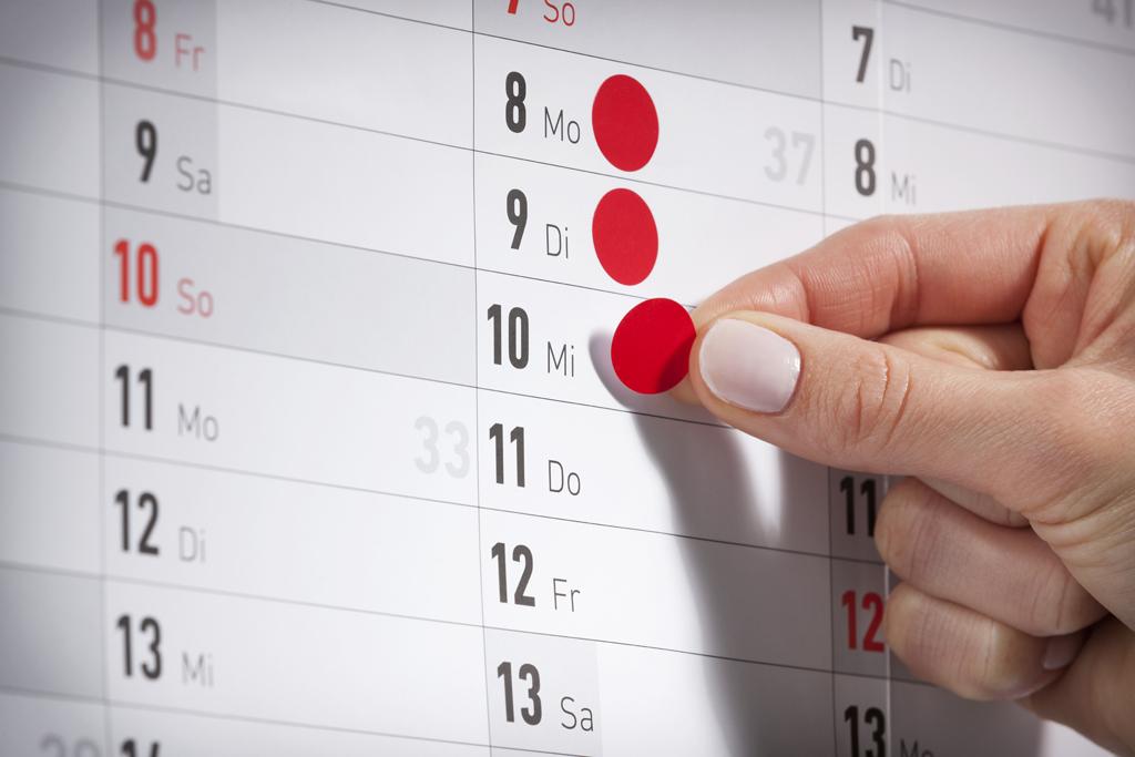 rote Klebepunkte auf Kalender